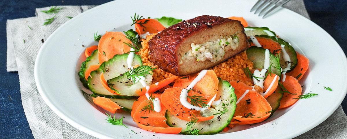 Tofu ripieno con cous cous e insalata di carote e cetriolini
