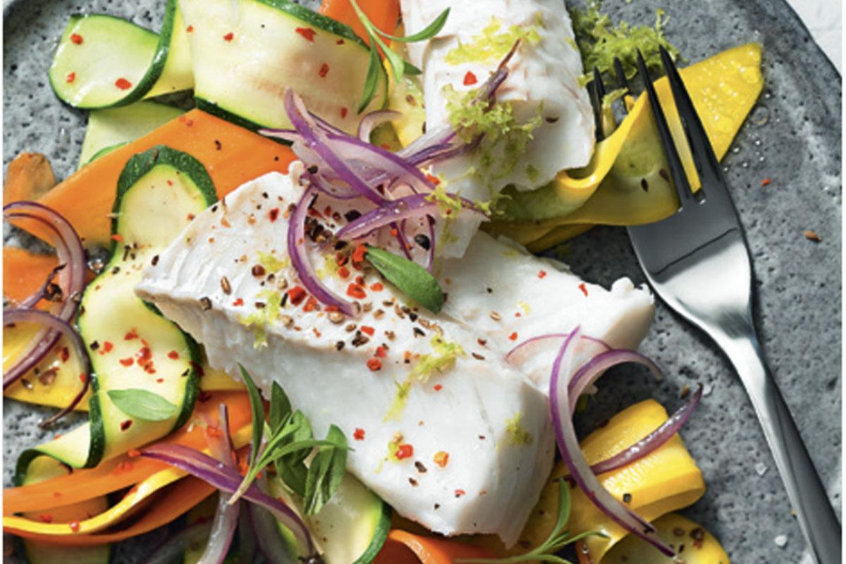 Merluzzo con noodles di verdure colorati