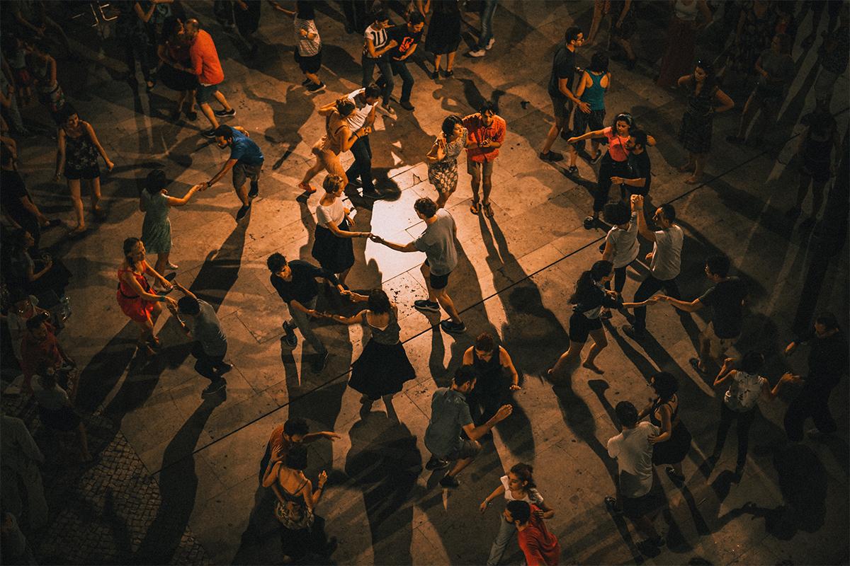 Cucinare con ritmo: la playlist per ballare ai fornelli